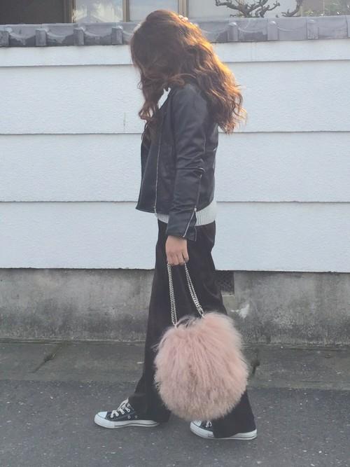 ライダースジャケットとワイドパンツのロックテイストなコーデ。かわいいピンクのバッグでガーリーさをプラス。