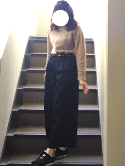 ウエストマークがハッキリするようなコーデに、ワイドパンツのロング丈はアラビアンなシルエットを連想させます。パンツでもフェミニンな印象に仕上がりますね。