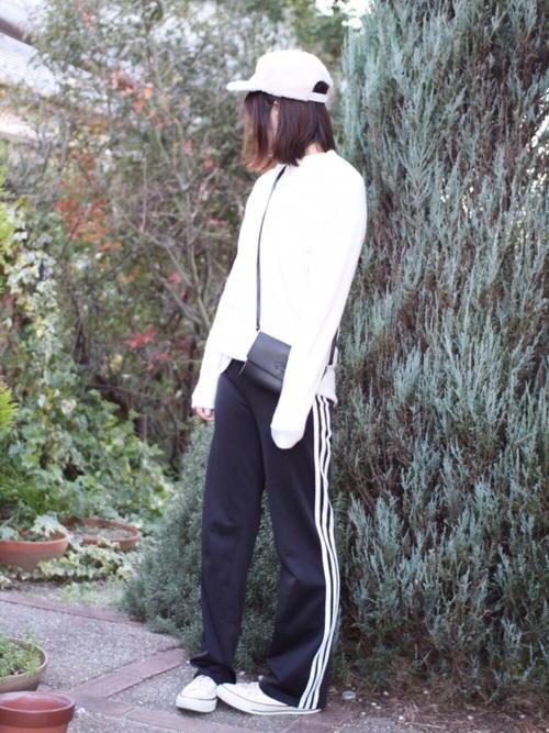 モノトーンコーデで爽やかでシンプルなスポーツミックスコーデ!小さい斜め掛けバックが女性らしい♡