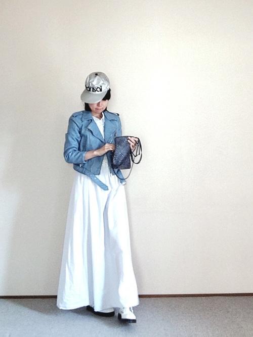 白のロングワンピースにブルー系のライダースジャケットを合わせた、カッコ良くて爽やかなコーディネート!