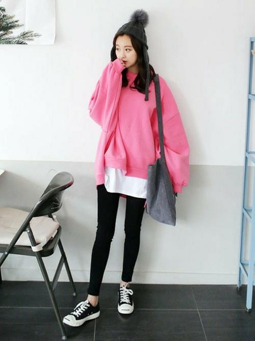 ビッグシルエットなスウェットはピンクで元気な印象に。ブラックのパンツはタイトなシルエットでメリハリをつけて。