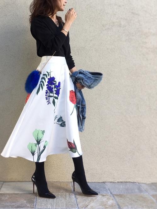 トップスとタイツとパンプスが黒なので、スカートの存在が際立ちますね。スカートの一色の青色を使ったファーバッグが立体的な役割をしていておしゃれですね。