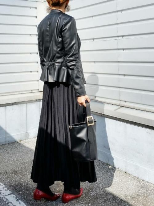 バックのデザインが女性的でお洒落なライダースジャケット!プリーツロングスカートと合わせて大人のお洒落コーデ!