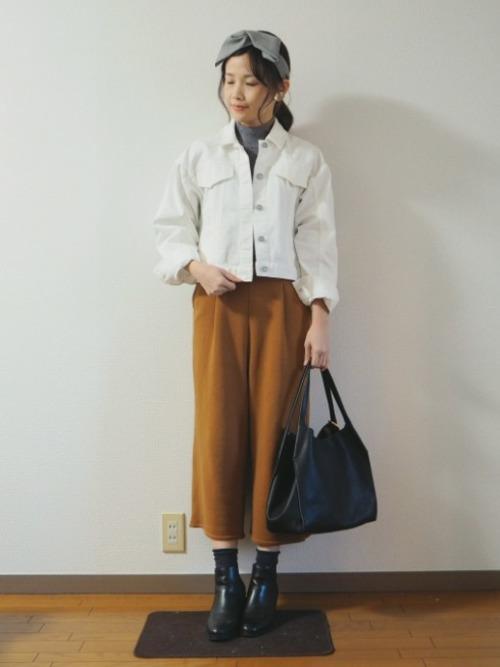 ビッグシルエットのジャケットは、ウエストラインにくる短めの丈感がちょうどいい位置で、すっきりとしたスタイルに。