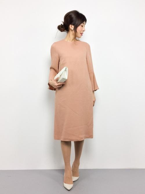 季節問わずに着られる上質なジョーゼットで仕立てた、ベージュピンクのシンプルワンピース。袖のベルスリーブが華やかさを出しています。