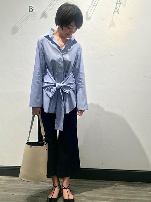 ◆Spick and Span Noble ウエストリボン ロングシャツ イタリアの老舗シャツメーカーMONTI社のストライプ生地を使用したロングシャツ。クールなイメージのシャツのウエストをリボンでしぼり、大きいカフスでトレンド感を取り入れています。ボトムのフレアパンツとは色形ともに好相性です。
