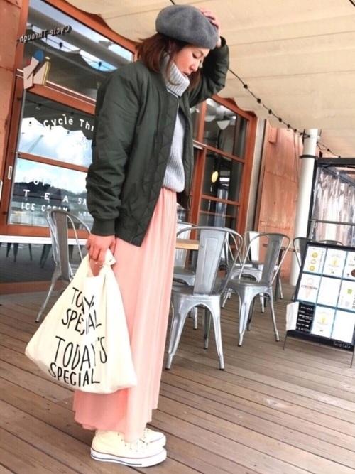 ピンクのレーヨン素材のロングスカートにカーキのメンズジャンパーで、ビッグシルエットを作って。インはノースリーブです。