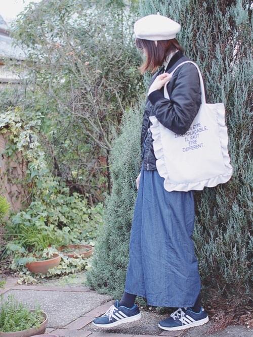 デニムにMA-1を合わせたマニッシュなスタイルに、ベレー帽とバッグでかわいらしく♡