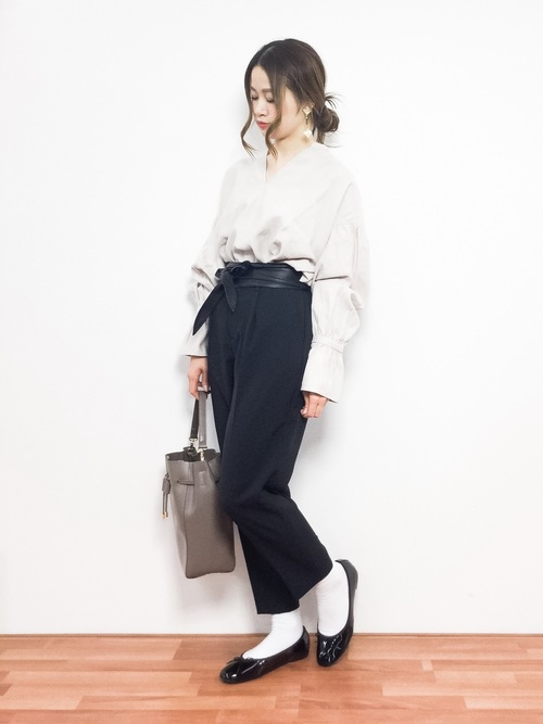 ボリューム袖のブラウスに黒のテーパードパンツを合わせて。シンプルな色合わせですが、トップスのデザイン性で一気にモードな印象に。ウエストインとサッシュベルトで更にきちんと感がアップしています。
