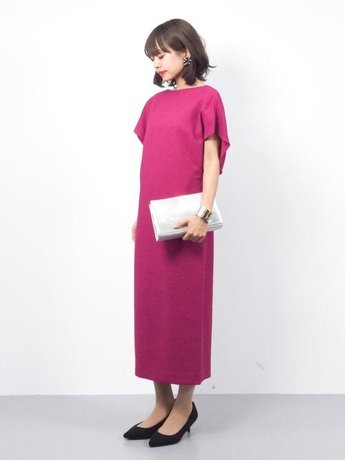 ビビッドなパープルピンクのワンピースも、長めの丈とシンプルなデザインで落ち着いた印象に。辛口な小物を合わせてモードに着こなして。