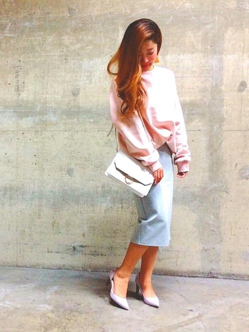 ピンクのビックスウェットをタイトスカート・ヒール・ショルダーバッグと合わせて色っぽいコーデに♡