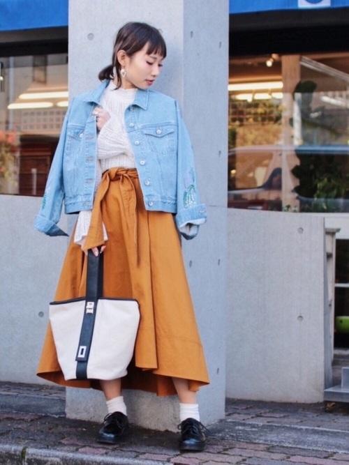 マスタードカラーのスカートに春らしくライトブルーのGジャンを合わせてフェミニンな雰囲気に。