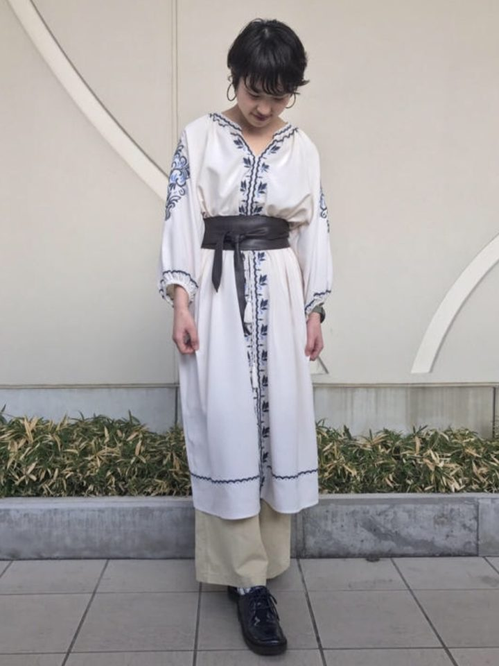 ゆったり着心地の良さそうなワンピースにも、可愛い刺繍模様。ボタニカル柄も旬♪