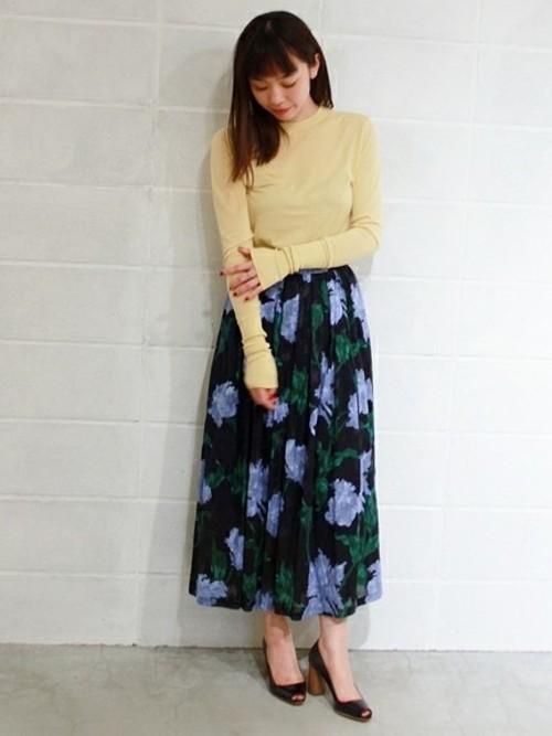 トレンドのカラー×カラーを上品にまとめていますね。様々な合わせたのが色と相性が良さそうなスカートはバリエーションが広がりますね。インパクトがあるスカートでも、合わせやすい色味なら今季大活躍しますね。