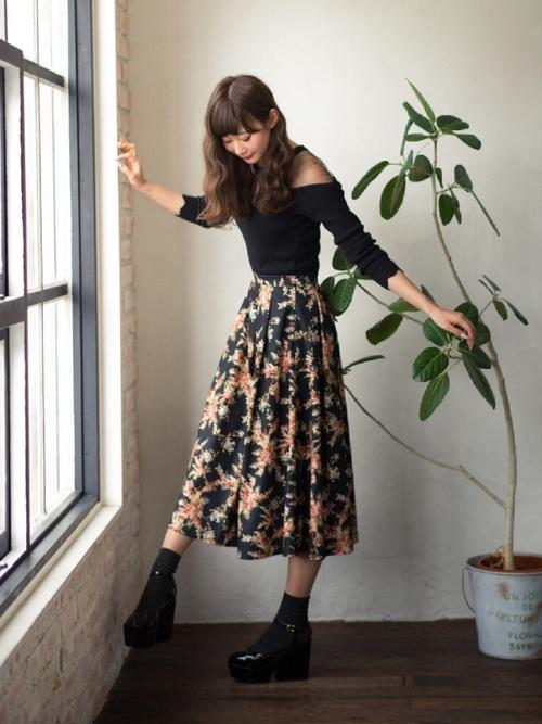 ヨーロピアンな大きめ刺繍の花柄フレアスカート。クラシカルで、華やな花柄のデザインはキュートですね。黒のトップスと合わせれば、女性の上品さがあふれるスカートコーデに。
