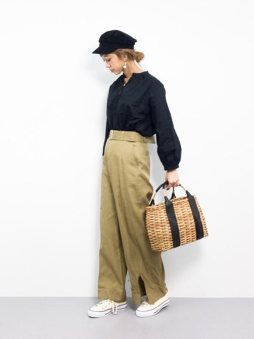 ブラックリボンを使ったレディな印象のカゴバッグをマニッシュなコーデに合わせて、程よくテイストMIX♪キャスケット帽を合わせているところもおしゃれ上級者さんですね!