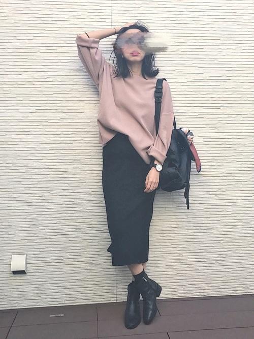 ブラックのスカートは重たい印象があるので、トップスには淡い色を持ってくるとぴったり。くすみカラーを使ったトップスなら大人っぽさもキープ出来てGOOD!
