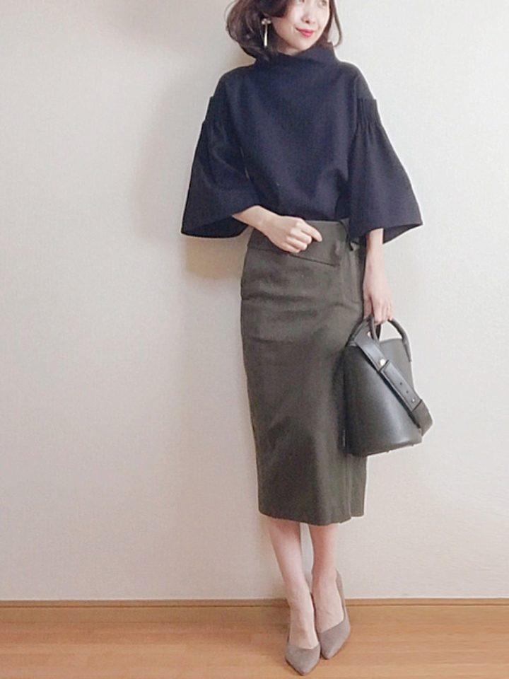 袖が特徴的なトップスとロングタイトスカートは、きれいめな大人のコーデ。足元も上品に女性らしく。