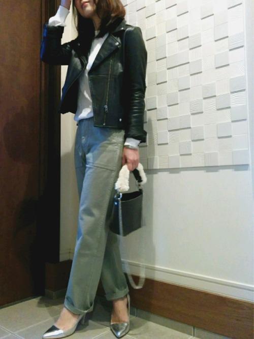 シックなダークグレーのバッグはハンドルのファー使いがポイント。ショルダー部分はチェーンになっていて、シルバーのハイヒールとマッチしています。
