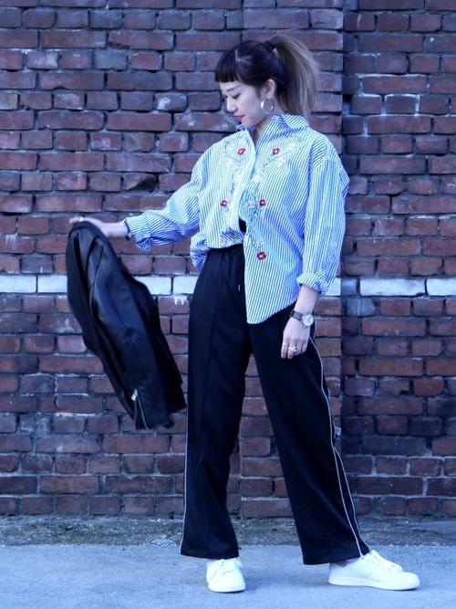トラックパンツに綺麗で爽やかなストライプに刺繍を施したシャツを合わせて異素材MIXで上級者コーデに!