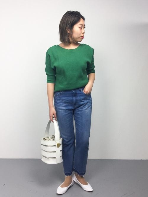 ブルー系の色と相性の良いグリーンは、もちろんデニムとも好相性です。新緑のようなマットなグリーン×ブルーデニムに、白の小物を合わせて軽やかさを出しています。