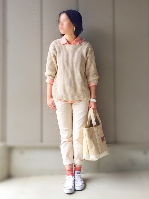 サーモンピンクのシャツを使えば、大人感と可愛らしさを両立♡足元のソックスにもさりげなく同じ色を取り入れて、まとまりのあるコーデにしましょう。