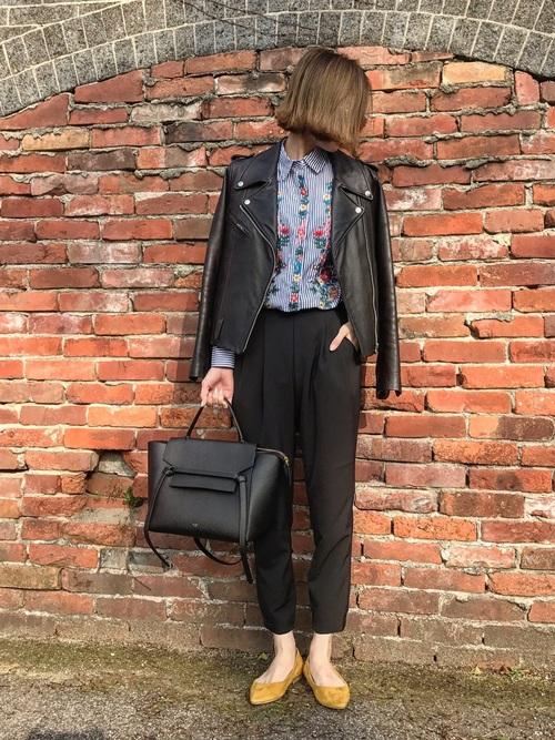 ◆ポプリンシャツ ¥5,990  オーバーサイズのストライプシャツに鮮やかなフローラル刺繍が入っています。ボタンクロージングの部分も刺繍がいっぱい。フェミニンなシャツをメンズライクなコーディネートでまとめるのはセオリー。ライダースときれいめブラックパンツで大人のコーディネート。