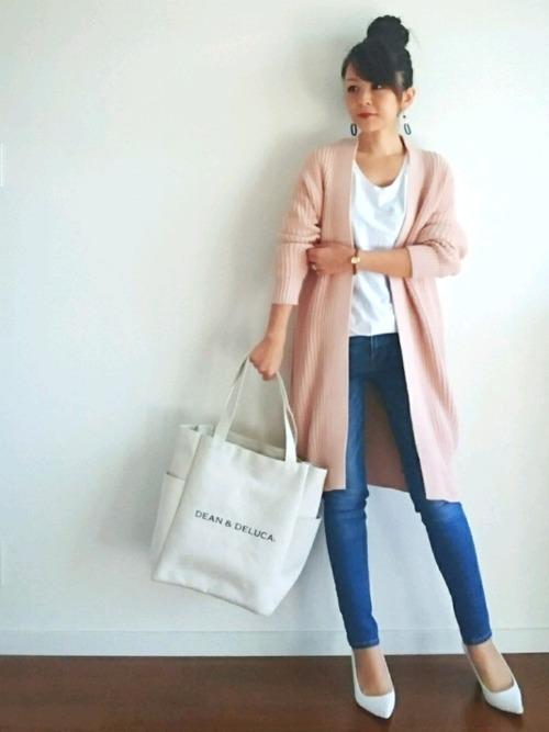 ピンクカーデを羽織って春らしく♡足元にはホワイトのポインテッドトゥパンプスで大人っぽく爽やかにまとめています。ベーシックなデニムパンツは合わせるアイテムを選ばないので着回し力もありますね!