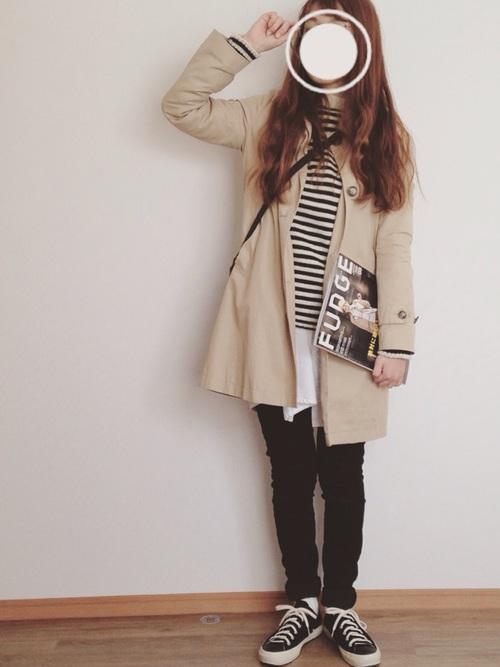 ブラックのスキニーパンツ、白黒ボーダーニットに、ベージュのコートでバランスのとれたカジュアルスタイル。無印良品のステンカラーコートは着るとAラインっぽくみえるので、フェミニンな印象に。