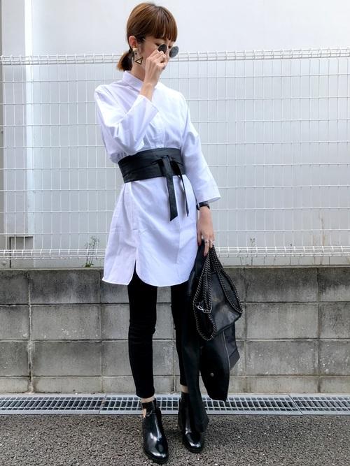 今度はホワイトシャツにワイドなサッシュベルトを組み合わせて。このくらいトレンド感をアピールしてもいいかも!?