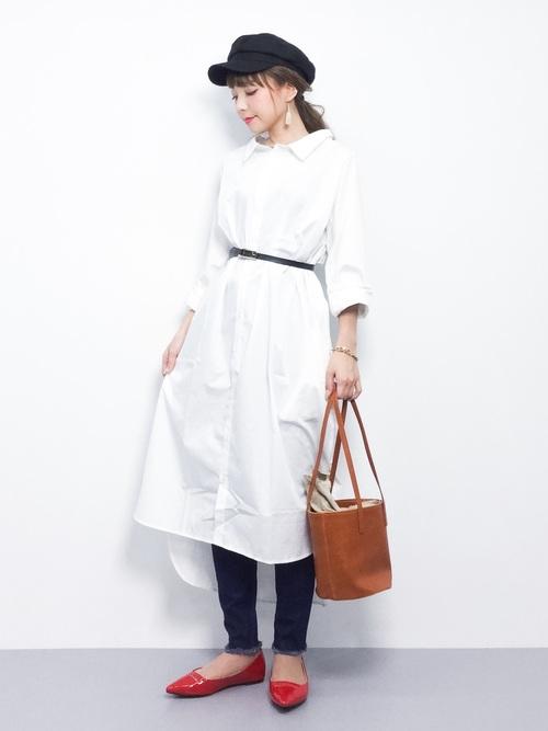 ゆったりしたホワイトシャツワンピは細めのベルトで華奢なラインを。風を含んでとても着心地がよさそうです。