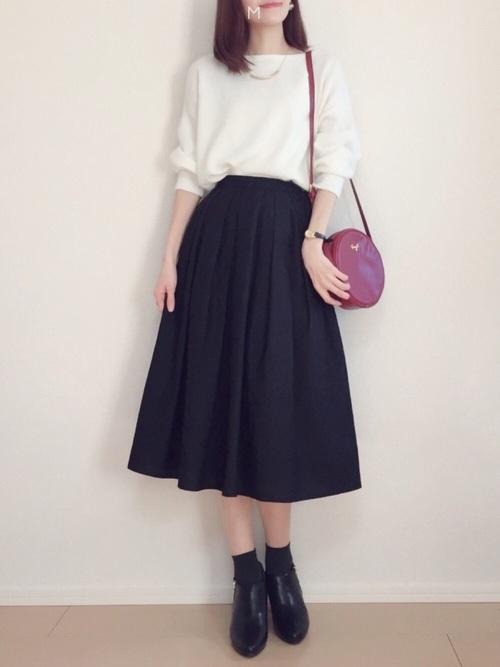 幼稚園や学校の行事には、シンプルが一番!きっちり感を出せる、白と黒のモノトーンコーデもおすすめです☆ここでもやはり赤をさし色に使ってますね!パンツではなくスカートを選ぶと、ふわっと優しい印象になりますよ♪