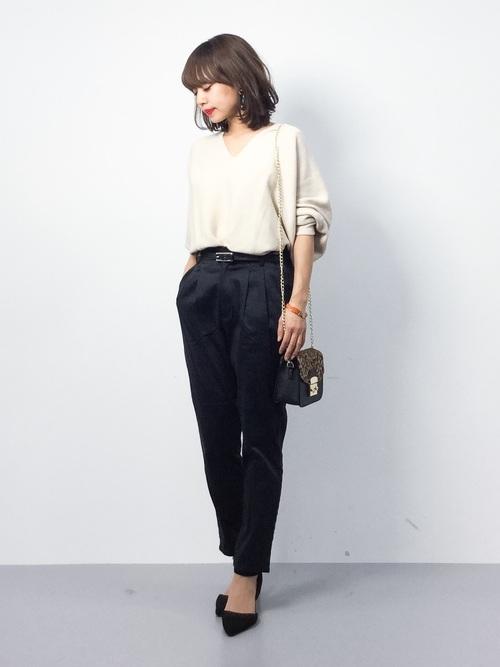 同じくベージュトップスに黒を合わせたコーデですが、こちらはパンツスタイルです。パンツでかっこよくまとめたときは、足元には女性らしいパンプスを選びましょう!