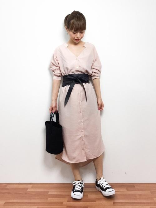 ペールピンクでフェミニンなシャツワンピース。体型がぼやけがちなカラーが、ブラックのベルトできゅっと引き締まります。