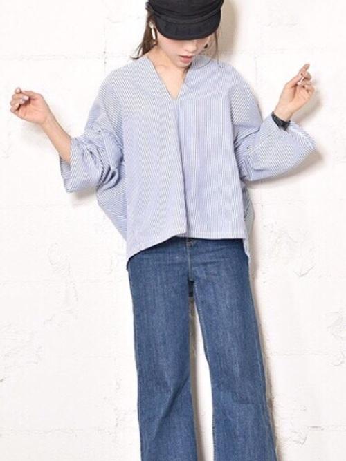 トレンドのストライプのシャツがオーバーサイズで、ワイドデニムと合っていて素敵です。マリンキャップとピアスもかわいいですね。