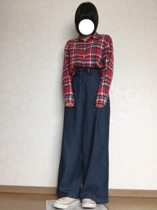 デニムのワイドパンツに赤いチェックのシャツというナチュラルコーデ。ハイウエストにすることで脚が長く見えますね。