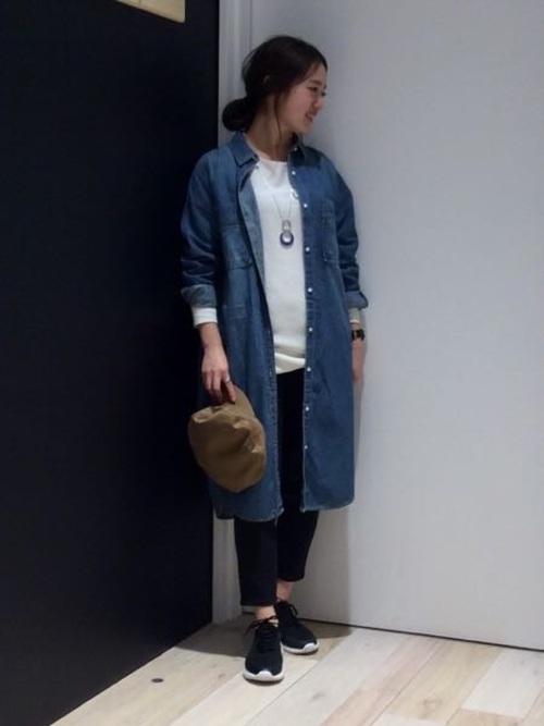 白のインナーと黒のパンツにカジュアルなデニムのシャツワンピを組み合わせたコーデ。アクセサリーをプラスすることで大人の着こなしに。