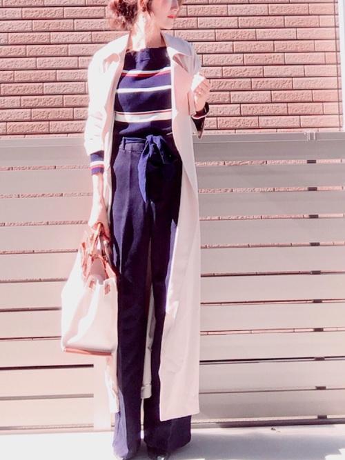 レトロなデザインのマルチボーダープルオーバー。リボンのベルトパンツと組み合わせて、スッキリとしたシルエットで女性らしく着こなしていますね。