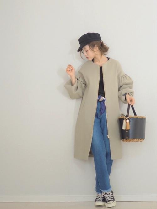 マリンキャップとバッグがかわいいですね。ベルトの代わりにスカーフを巻いているのもポイントです。コートの袖がバルーンのように膨らんでいるのが今季っぽいですね。