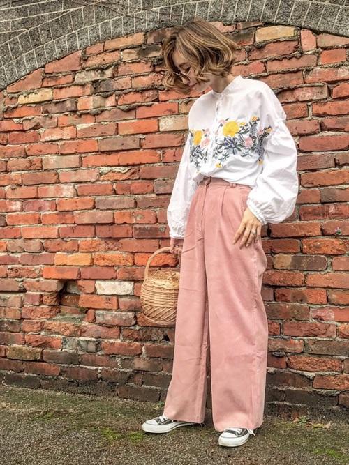 ◆フラワー刺繍シャツ ¥4,990  フロントとバックにイエローの花を中心とする刺繍が入ったスタンドカラーのブラウス。袖もフリル切替になっているスイートなデザインです♡ピンクのワイドパンツに合わせてフェミニンに。かごバッグで春らしいコーディネートになっています。