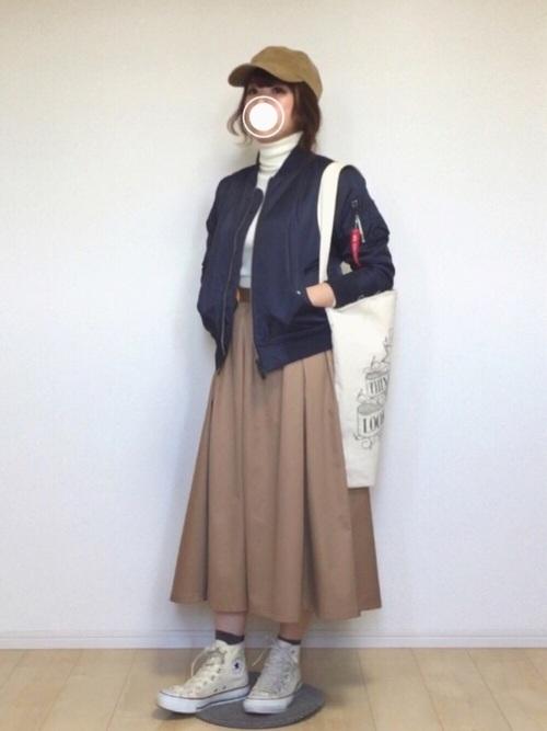 ミリタリー調のMA-1にキャップを合わせたスタイルにスカートで大人可愛いさを演出。