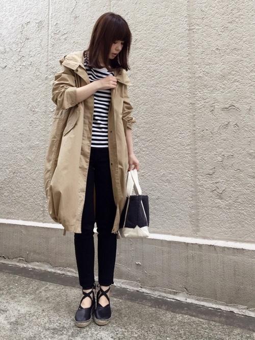 モノトーンのコーディネートに柔らかなベージュのライトモッズコートで、暖かさと女性らしさをプラス!