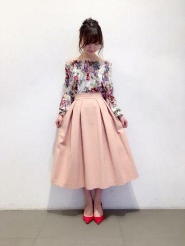 花園のようなプリントのブラウスと、ピンクのスカートのコーデは夢見るような甘めのフェミニン。女性ならではのコーデを楽しんで。