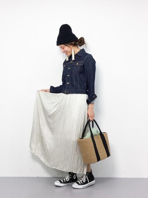 デニムジャケットコーデにカゴバッグを合わせれば、おしゃれなピクニックコーデ♪足元にもスニーカーをチョイスしてスカートだけどアクティブに。