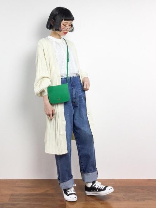 レディライクなホワイトのトップスにカーデというきれいめアイテムに、デニムやきれいめバッグの斜めがけで上手にカジュアルな雰囲気を。