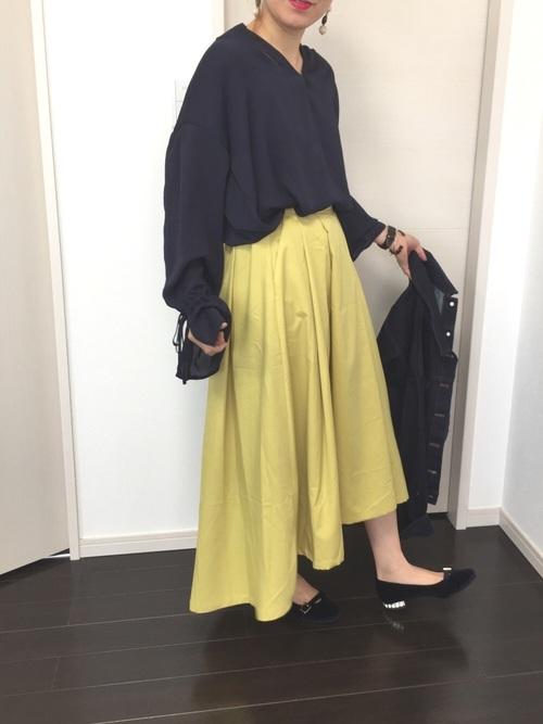ネイビーのキャンディスリーブブラウスは、どんな色にも合わせやすいのでおすすめ。今季はきれい色のボトムを持ってくるのがトレンドです。フレッシュなイエロースカートでコントラストを楽しむコーディネート♪