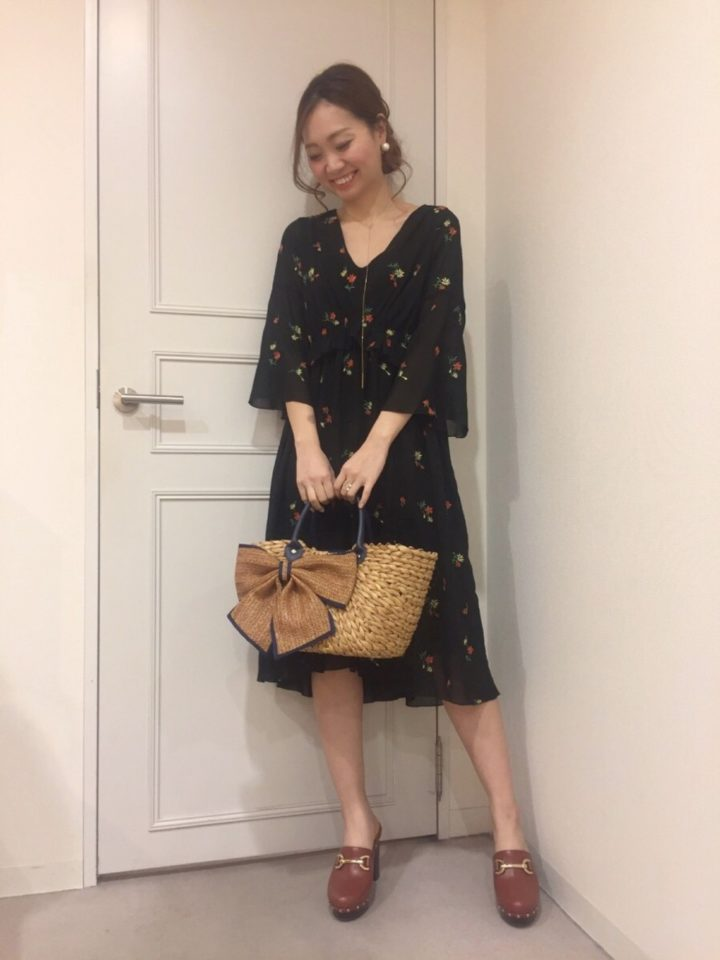 微かに透ける柔らか素材がフェミニン♡小花模様も可愛いです。袖や裾の長さが絶妙で、腕も脚も綺麗に見せる事が出来ますね。
