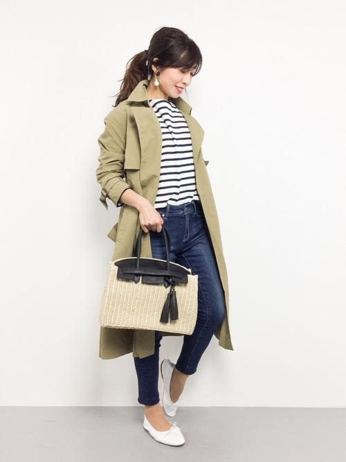 オフィス向けのかっちりバッグもカゴ素材を使えば、こなれた印象に♪トレンチコートを合わせて、カッコよくマニッシュに仕上げています。