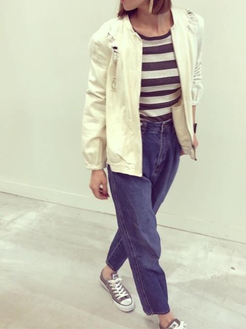 ダメージ加工したブルゾンは、定番のジャケットとは一味違うデザインで、ガーリーなコーデにもおすすめ。