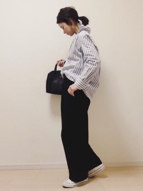 黒のワイドパンツにストライプで一見かっちりしているけれど、スニーカーで程よく崩すスタイルです。ゆったりしているけれど、キレイめなバッグをプラスしているので、きちんと感もしっかり出てますね♪